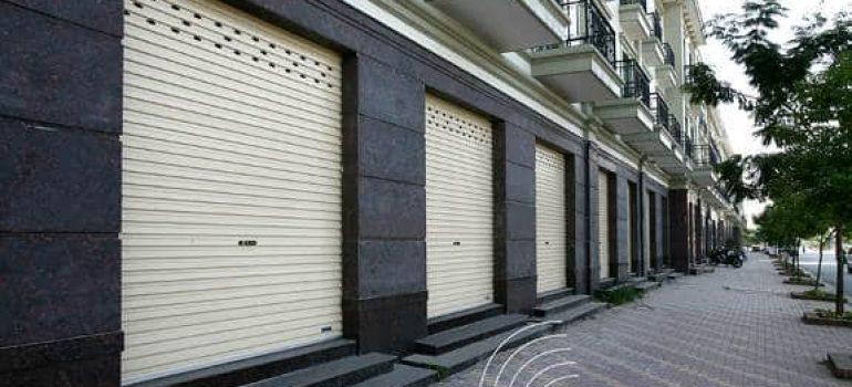 Nên dùng cửa cuốn hay cửa sắt kéo cho nhà mặt phố