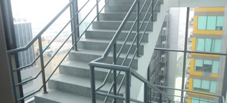 Tại sao cần thi công cầu thang sắt thoát hiểm
