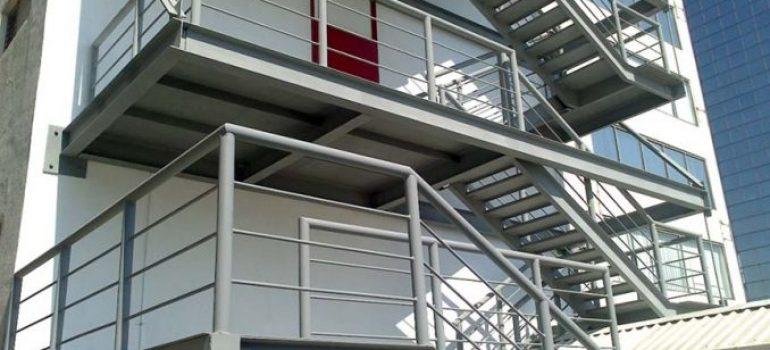Lợi ích của thi công cầu thang sắt thoát hiểm