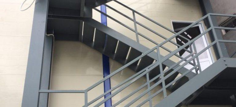 những ai nên thi công cầu thang sắt thoát hiểm
