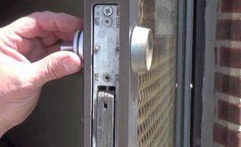 Bí quyết cách mở cửa kéo sắt đơn giản hiệu quả