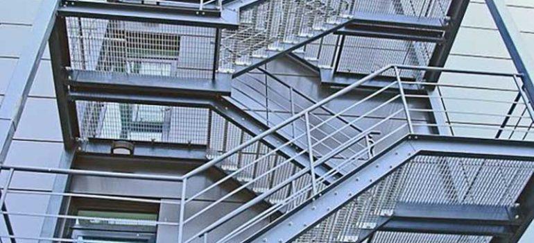 Thi công cầu thang sắt thoát hiểm là gì?